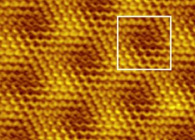 Физики впервые рассмотрели шестиугольную структуру льда на поверхности графита